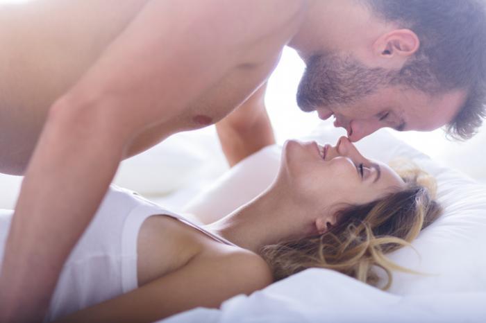 [мъж и жена в леглото изглеждат интимни]