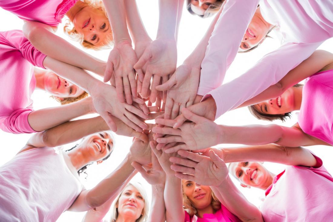 乳がんのためのピンクのトップスを着た女性のグループ