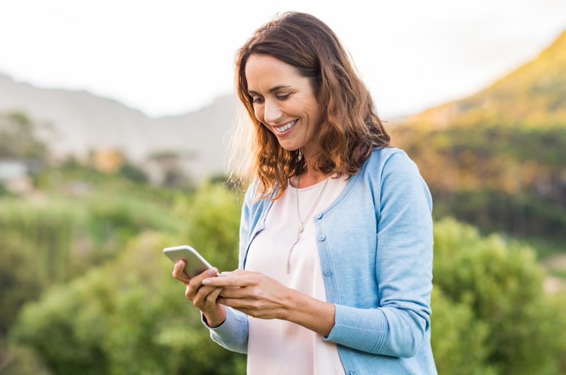 Frauen mittleren Alters, die Telefon halten