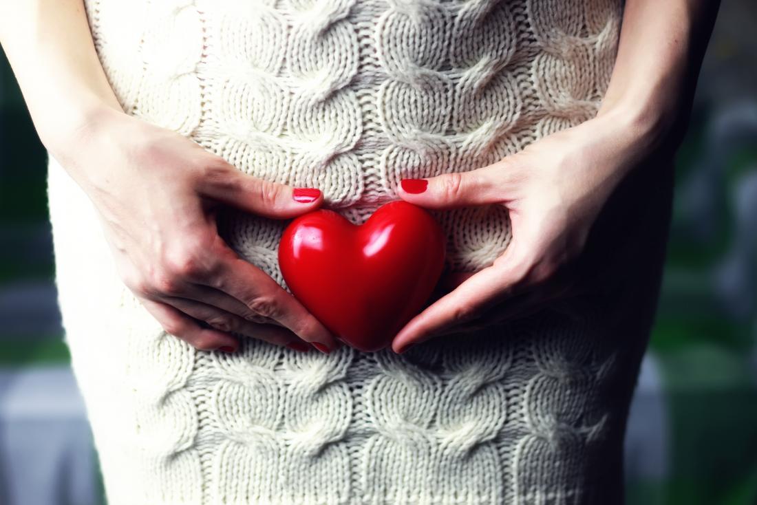 жена, държаща сърце