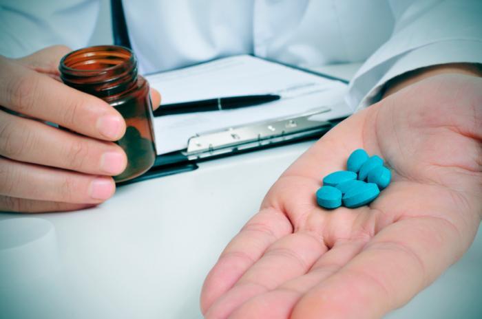 таблети с виагра в ръцете на лекарите