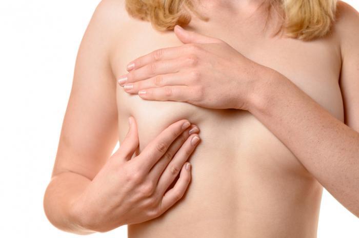 Lady vérifiant la poitrine