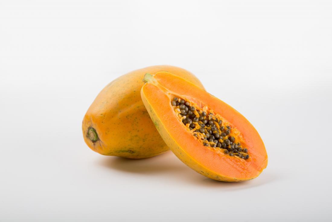 パパイアの果実は、種子が示されて半分にカットされます。