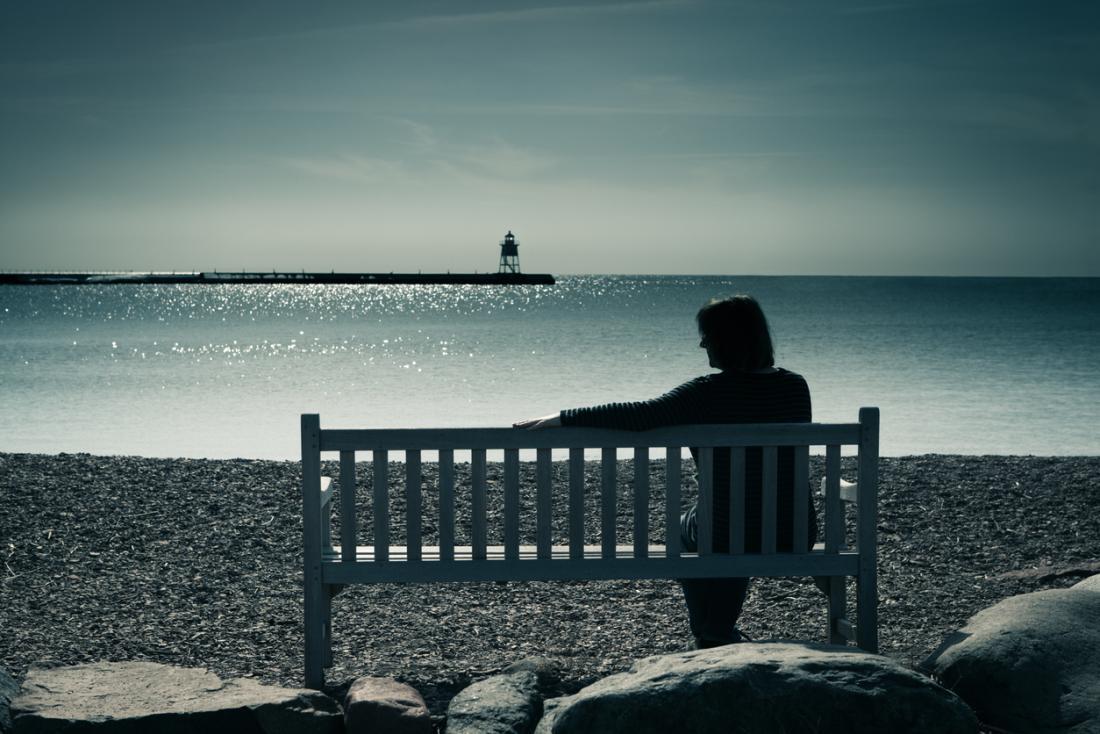 personne solitaire sur un banc