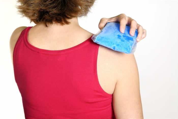 bolsa de gelo sendo realizada em um ombro