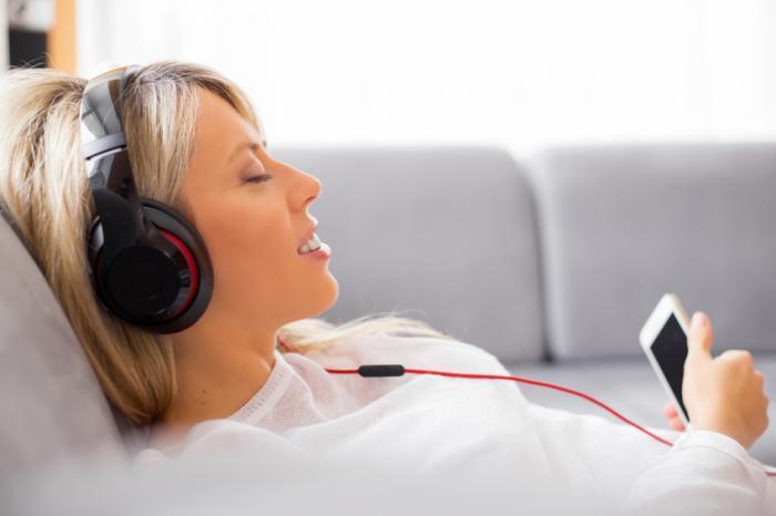 [Eine Frau hört Musik]