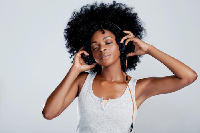 [Eine Frau genießt Musik hören]