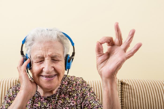 [Eine ältere Dame, die Musik hört]