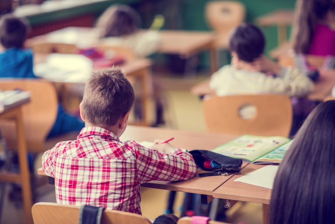 Écolier dans la salle de classe.