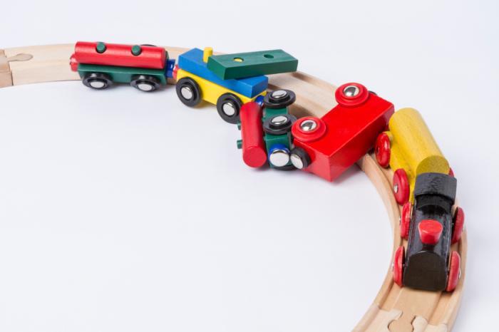 schiantato treno giocattolo di legno