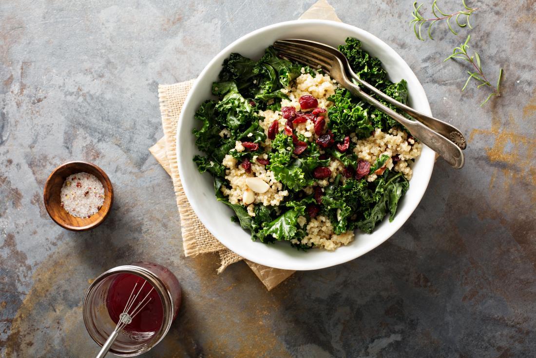 Salade de chou frisé et de quinoa dans un bol.