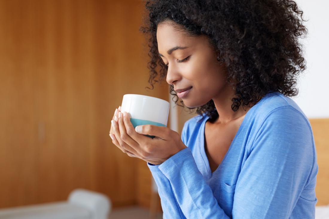 Жена с чаша кафе.