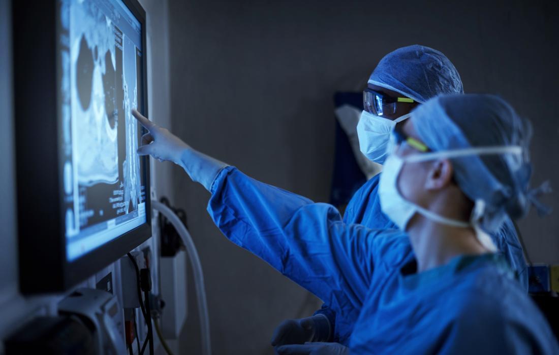 Хирурзите гледат на екрана, за да планират операцията.