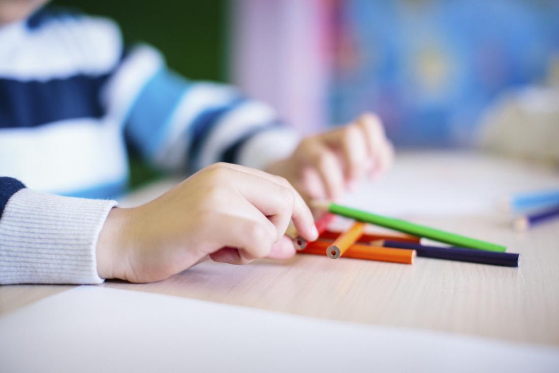 Nahaufnahme der Hände, die mit Bleistiftzeichenstiften spielen