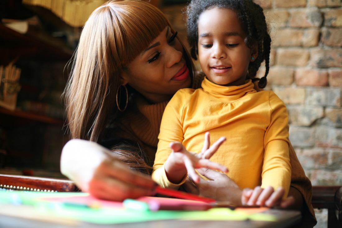 mère et enfant dessinent ensemble
