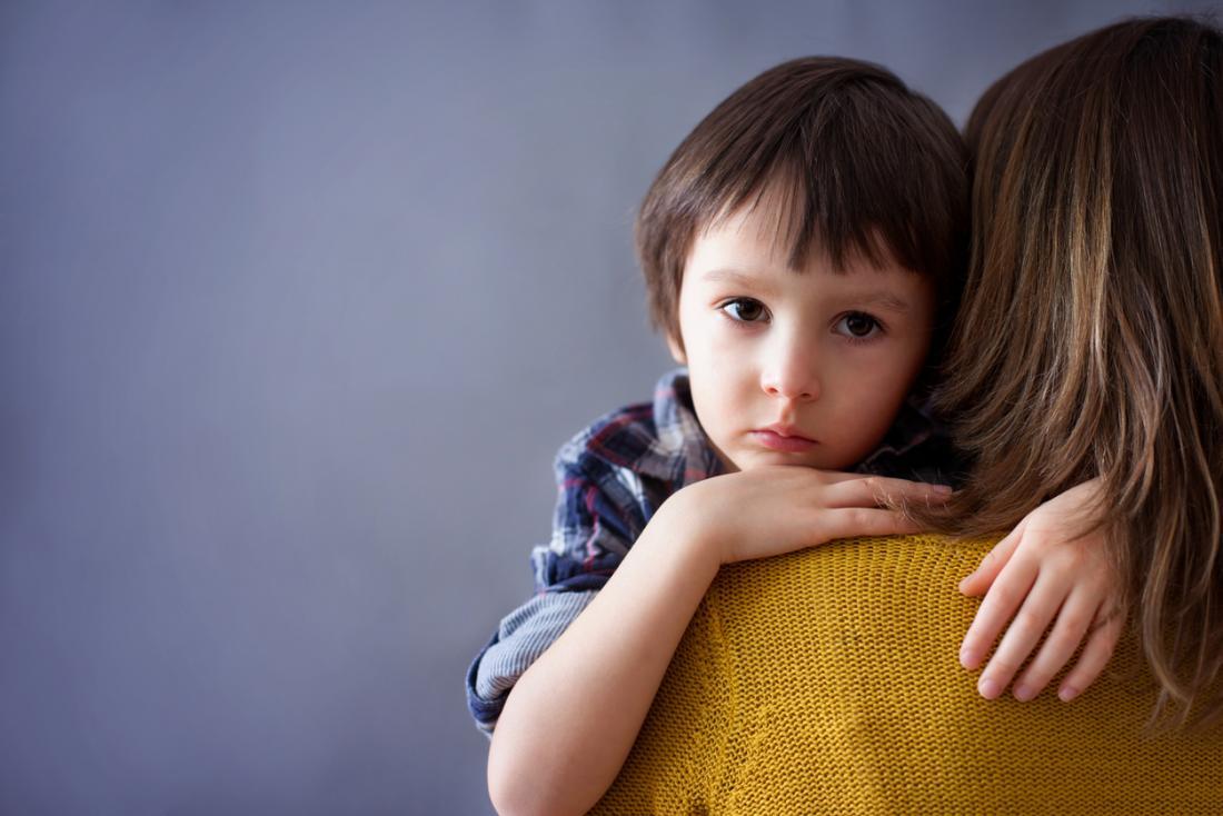 enfant dans les bras de sa mère