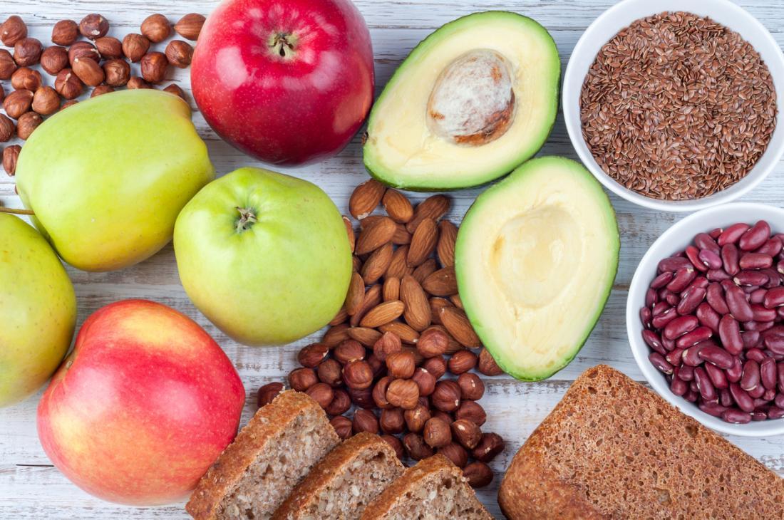アボカド、ナッツ、種子、リンゴ、マメ科植物、全粒粉などの繊維の原料である健康的な植物食品。
