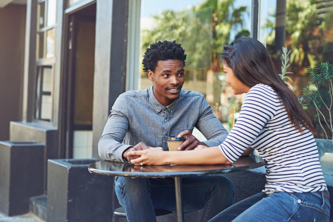 Homme et femme bavardant dans un café