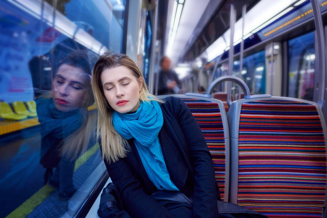 mulher dormindo no trem