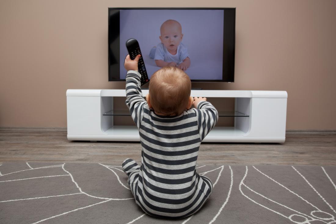 Bambino che guarda la televisione
