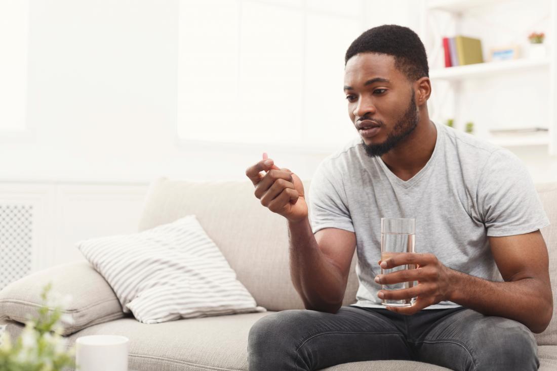 homem tomando uma pílula