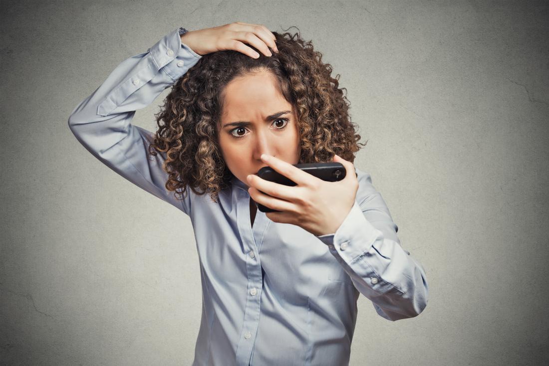 Жена, която изпитва косопад и алопеция.