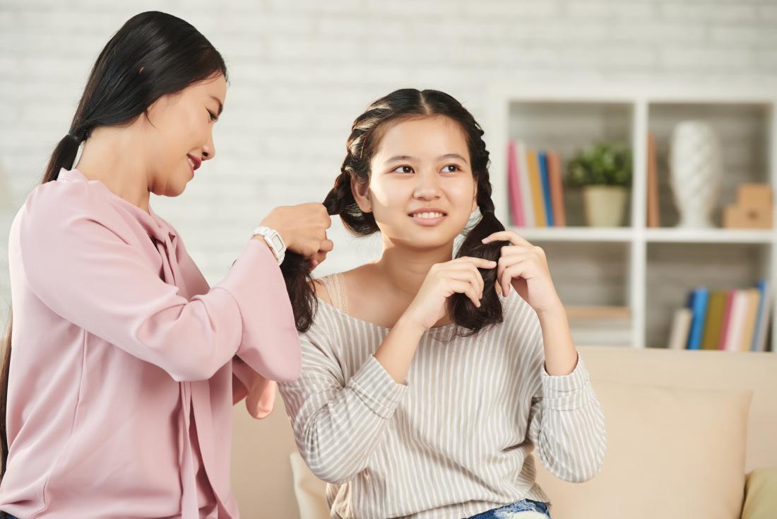 Жените плетат косата и изпробват различни прически.