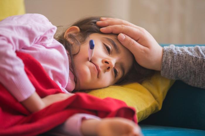 Petite fille avec de la fièvre