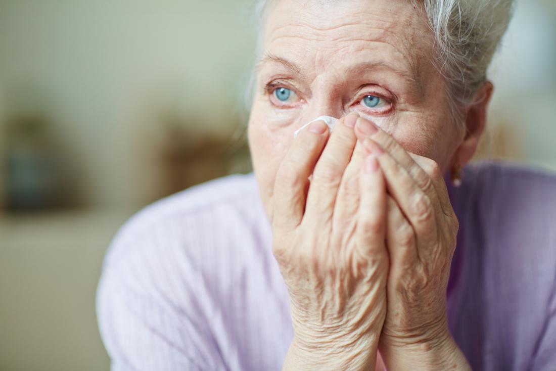 Chorando mulher mais velha