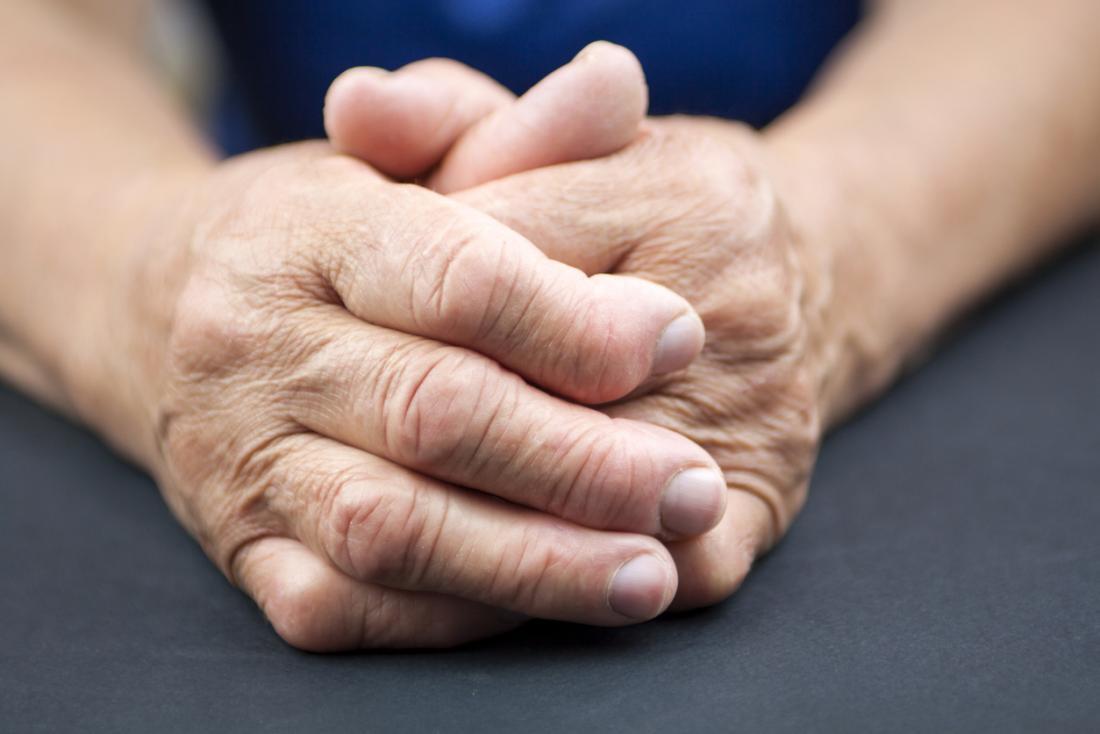 La polyarthrite rhumatoïde chez les personnes âgées jointes mains.