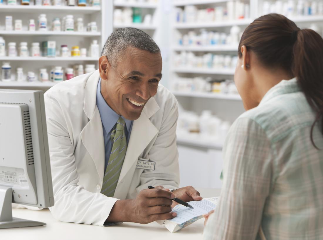 Farmacêutico em discussão com um cliente