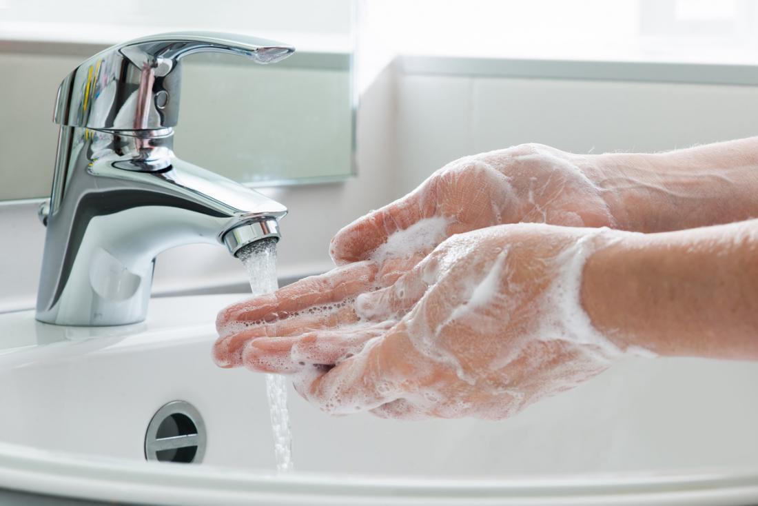 Lavando as mãos.