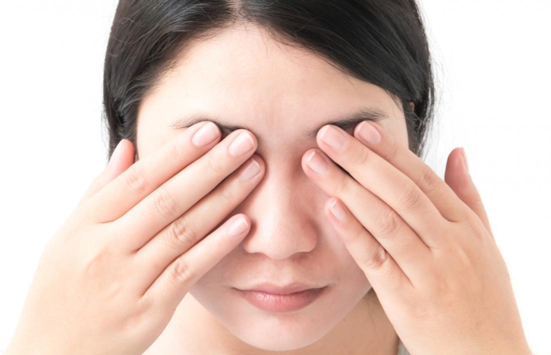 giovane donna con le mani su entrambi gli occhi