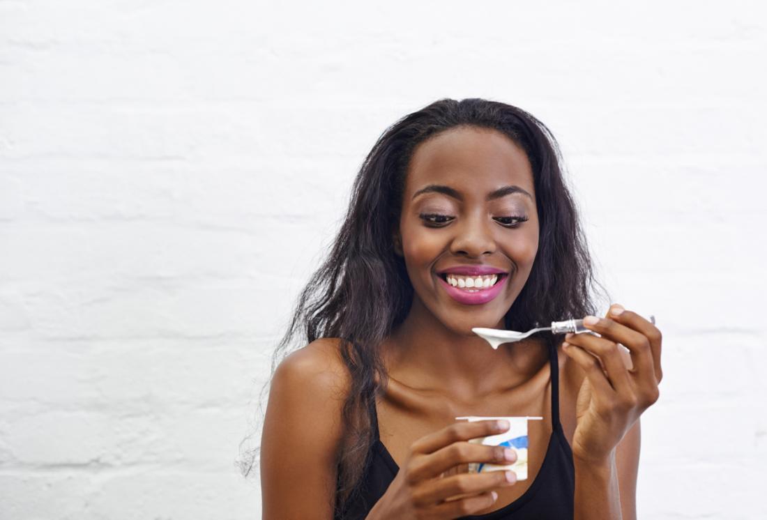junge Frau isst Joghurt