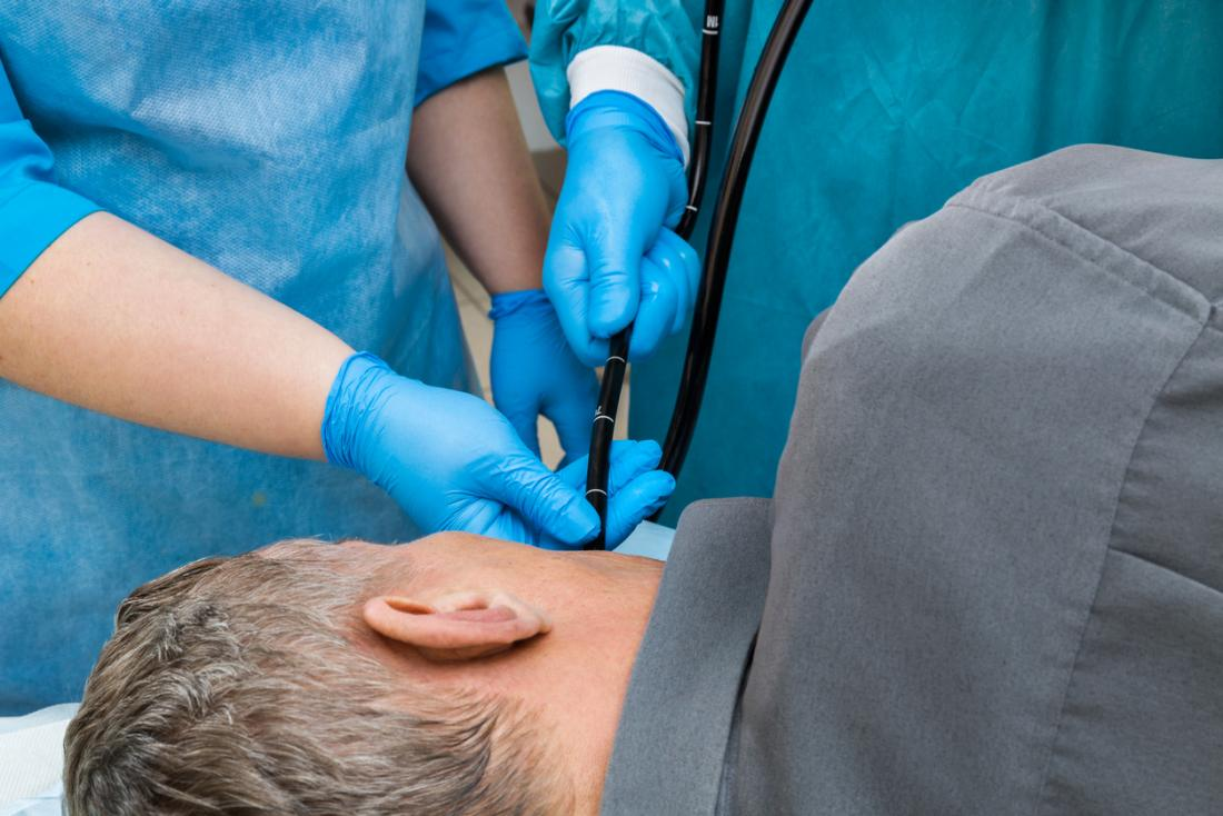 uomo con esame endoscopico superiore