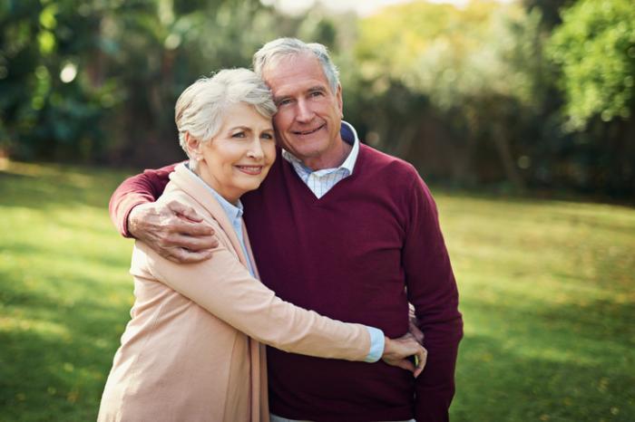 年配のカップルの抱擁