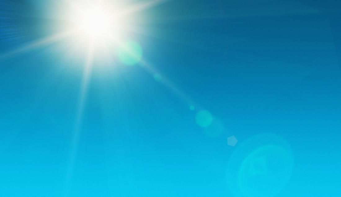 sole nel cielo senza nuvole