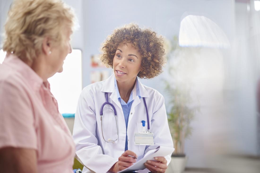 Medico che parla con il paziente.