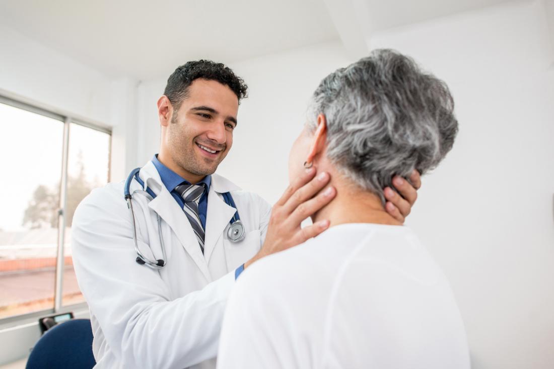 Phụ nữ lớn tuổi đang được kiểm tra bởi một bác sĩ gia đình