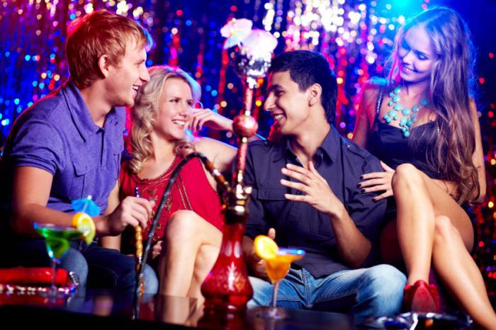 Những người trẻ tuổi thưởng thức hút thuốc lá hookah