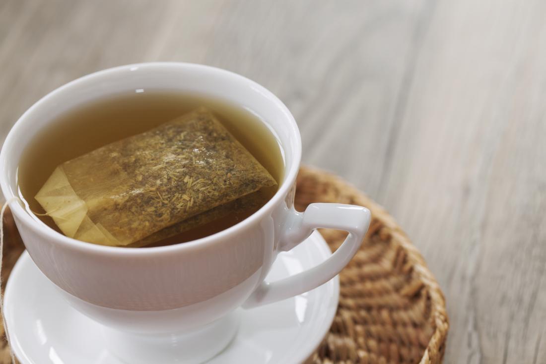 Sachet de thé dans une tasse de tisane.