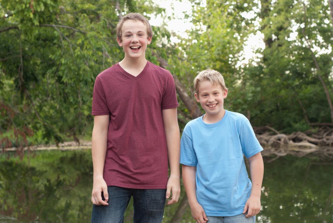deux garçons de hauteurs différentes
