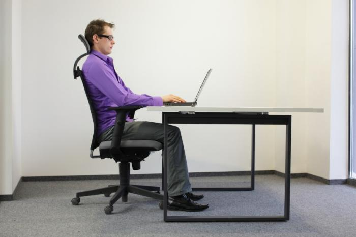 [lavoratore informatico in sedia ergonomica]