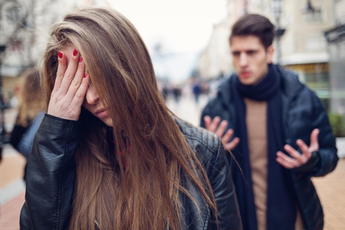 Couple dans la rue ayant des problèmes relationnels argument