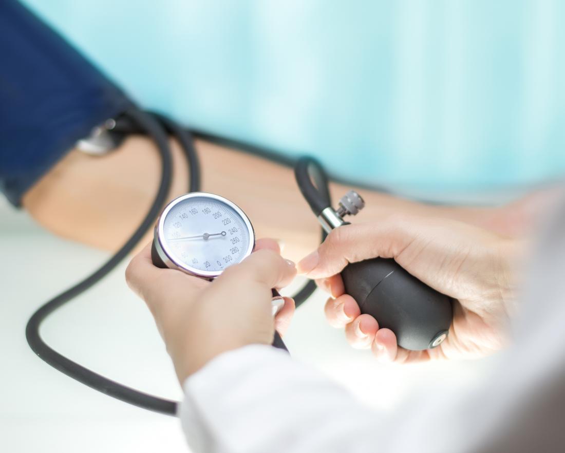 Blutdruck des Doktors messend