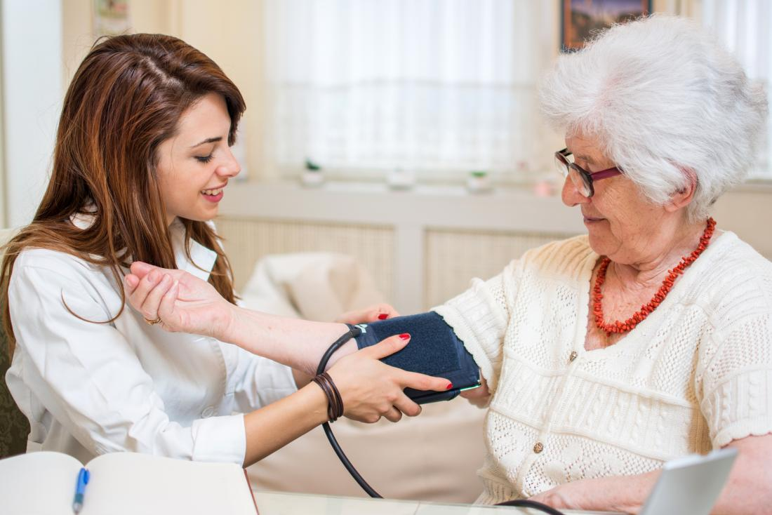 Ältere Frau, die ihren Blutdruck genommen hat