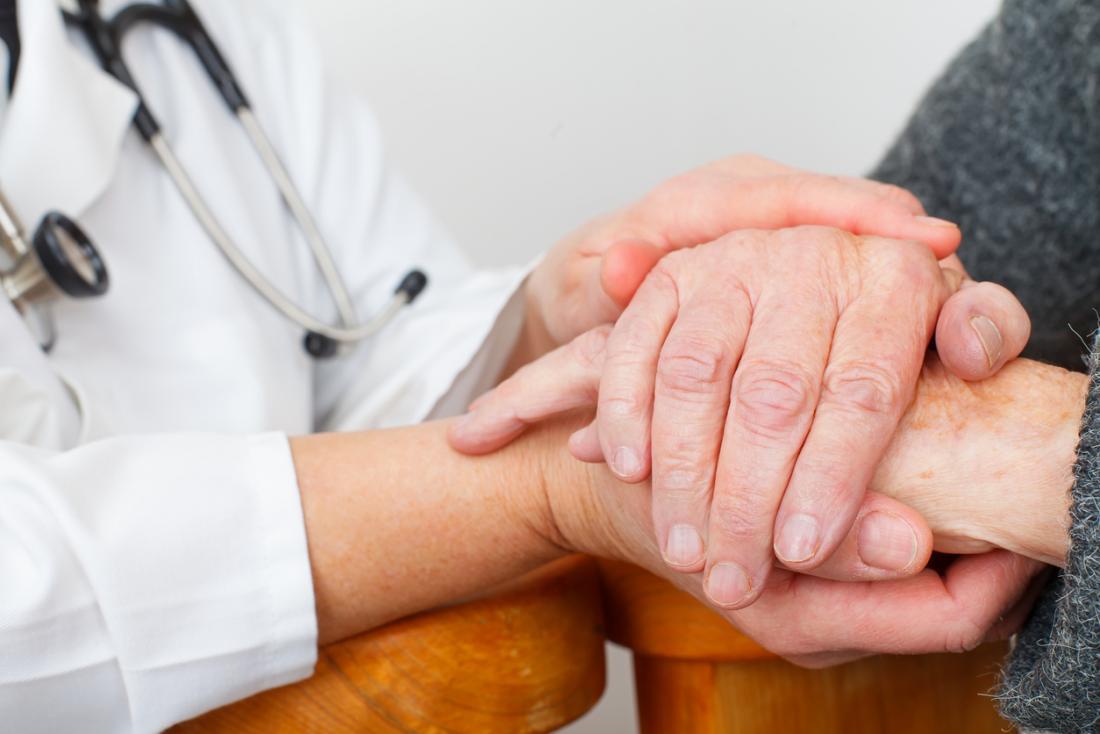 Patient und Arzt halten Hände