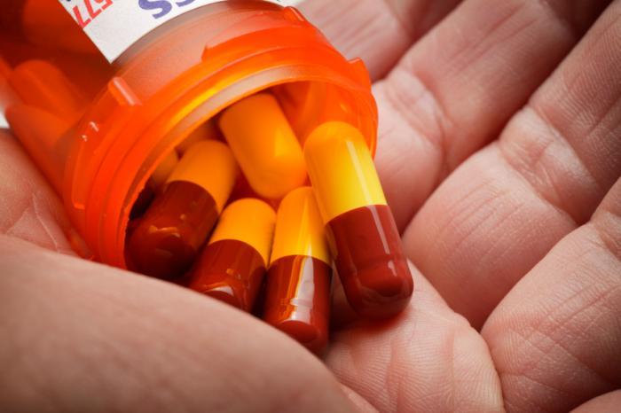 Le pillole vengono versate dal loro supporto in una mano aperta