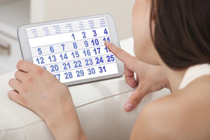 Frau, die Kalender betrachtet