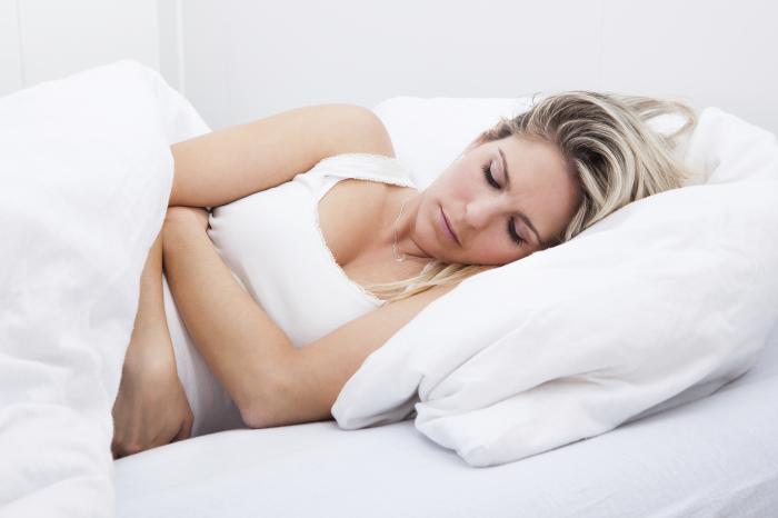 Frau, die unter PMS hält ihren Unterleib leidet